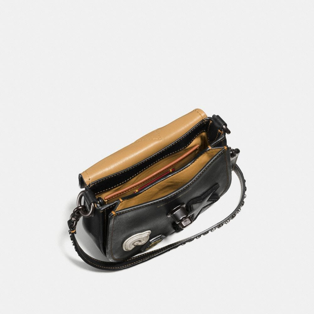 VARSITY PATCH TURNLOCK SADDLE BAG 17 IN GLOVETANNED LEATHER - Autres affichages A2