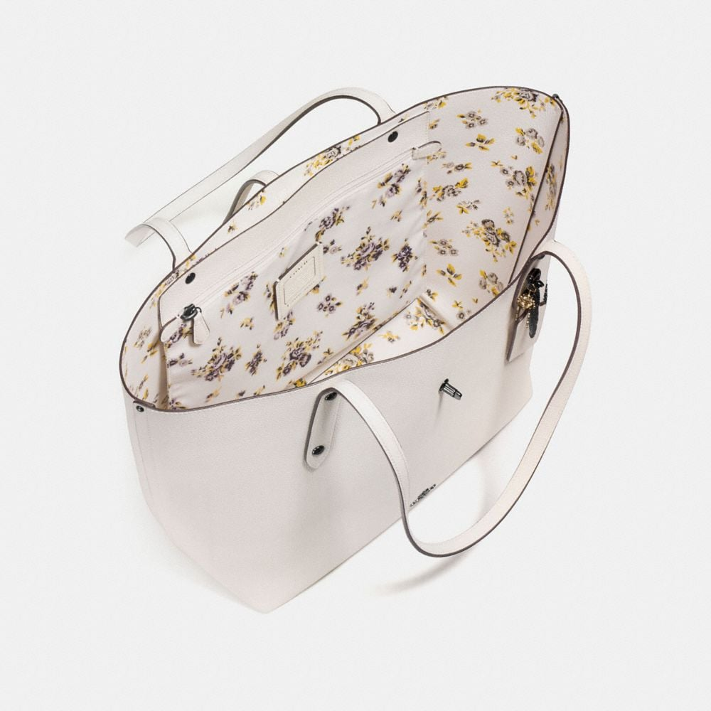 Market Tote in Prairie Print Polished Pebble Leather With Rebel Charm - Alternative Ansicht A2