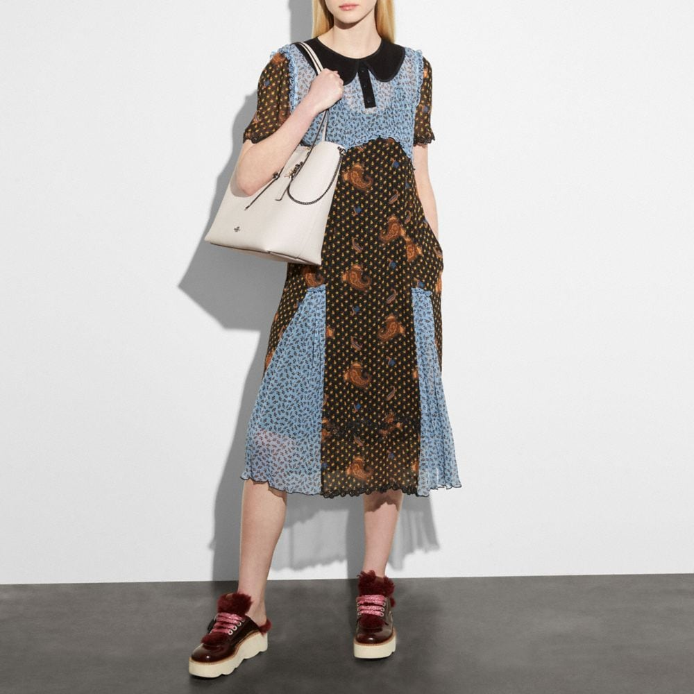 Market Tote in Prairie Print Polished Pebble Leather With Rebel Charm - Alternative Ansicht A3