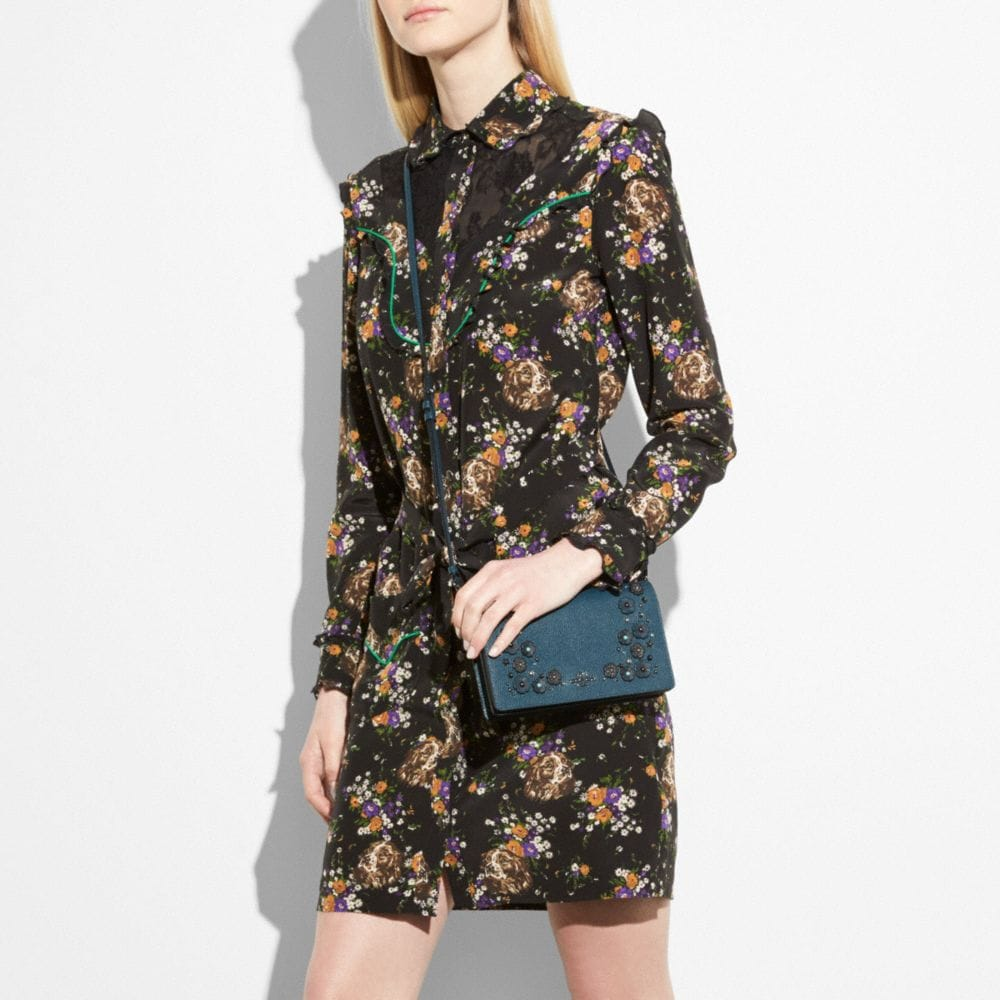 Foldover Crossbody Clutch in Polished Pebble Leather With Willow Floral Detail - Visualizzazione alternativa A3