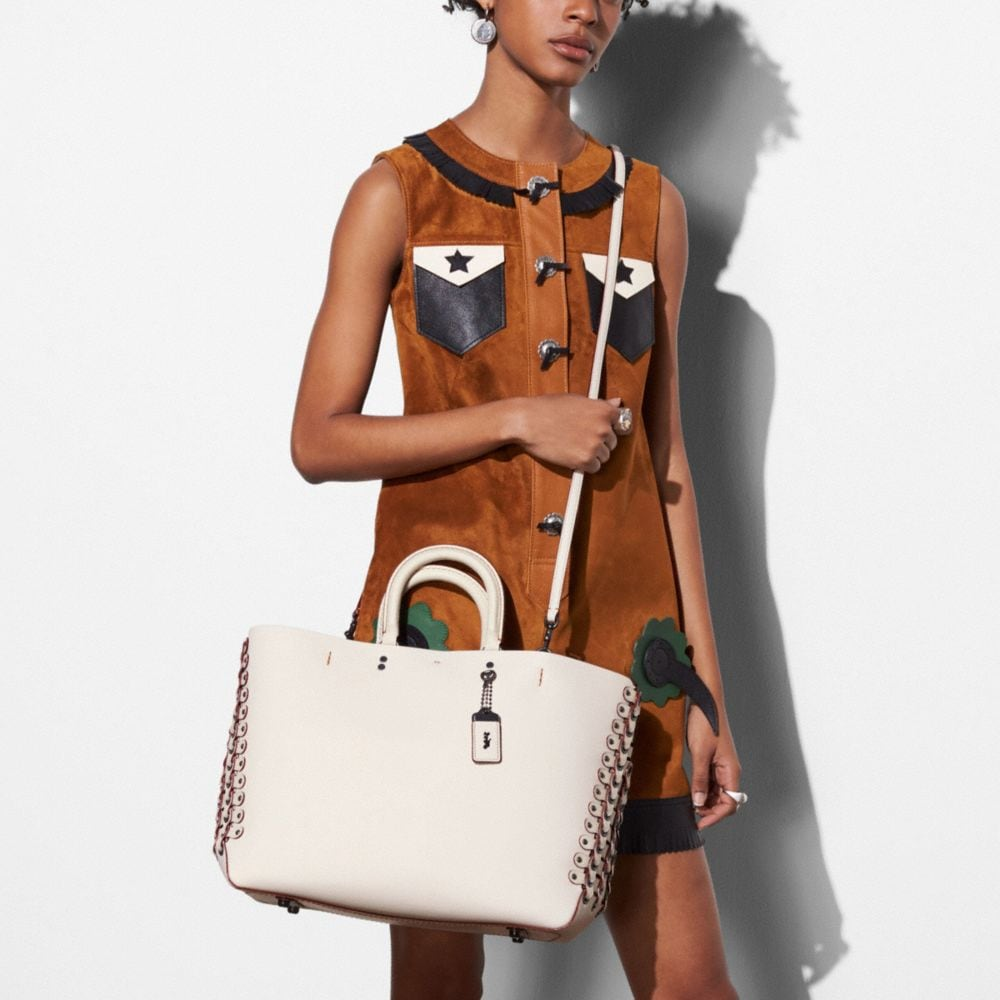 Rogue Tote in Glovetanned Calf Leather With Coach Link Detail - Autres affichages A5