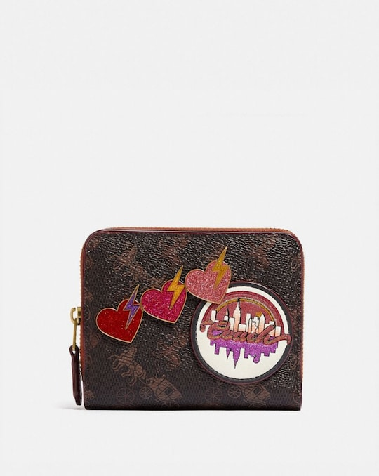BILLFOLD WALLET WITH HORSE AND CARRIAGE PRINT AND SOUVENIR PATCHES